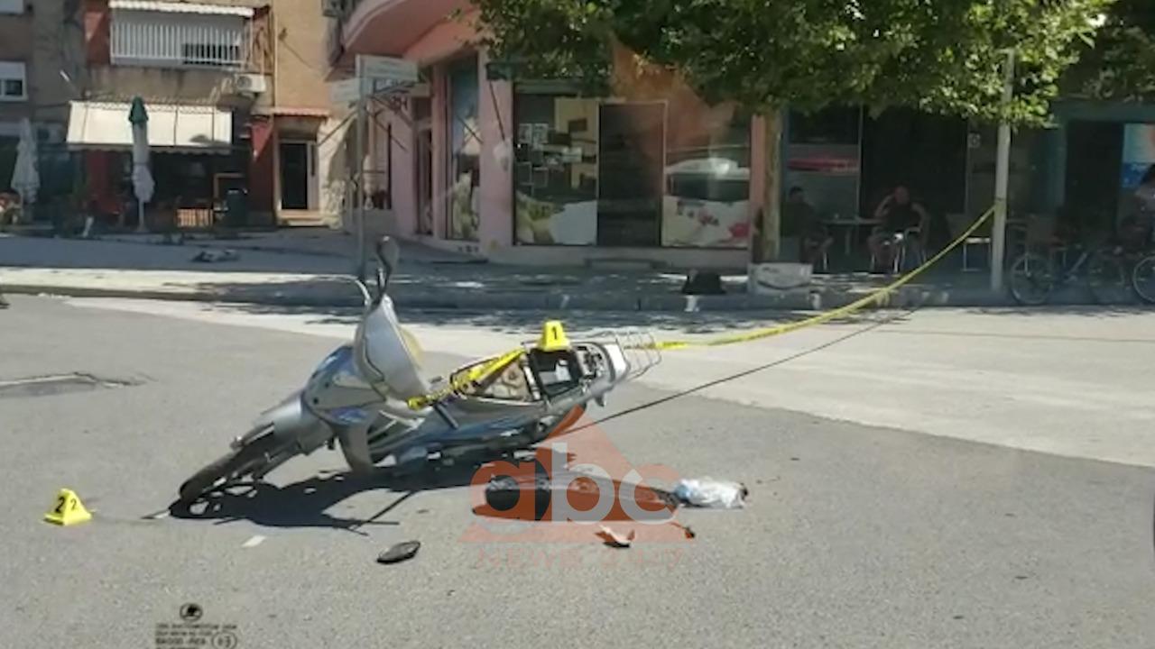 VIDEO/ Makina përplas motorin në Vlorë, një i plagosur