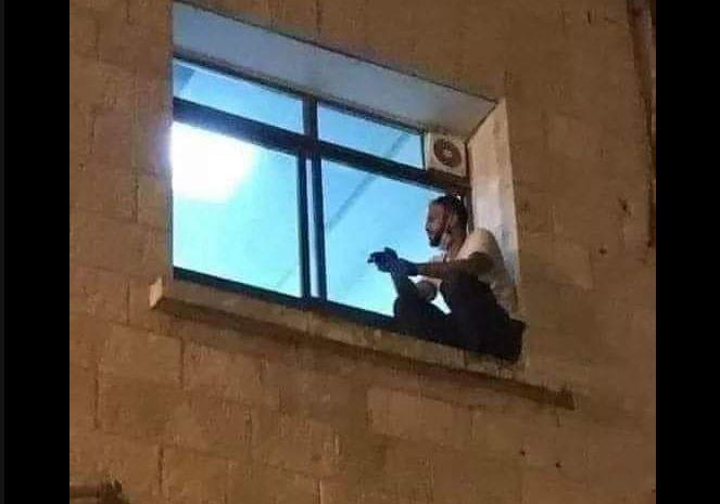 Mjekja shqiptare ndan imazhin prekës: Djali sheh nga dritarja e spitalit nënën e infektuar me Covid
