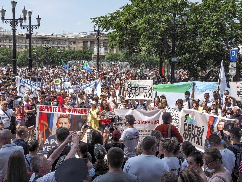 Shkarkoi guvernatorin, rusët sfidojnë Covid-19, në protesta kundër Putin