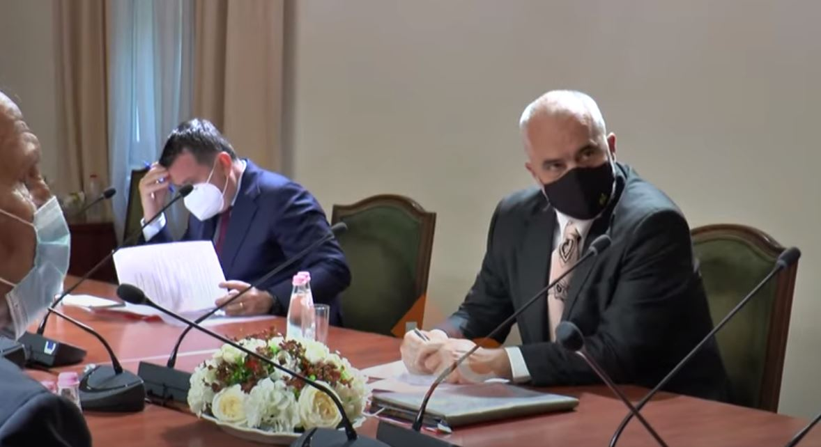 VIDEO/ I ulur krah Ballës dhe përballë opozitës së re, dalin pamjet nga takimi i Ramës