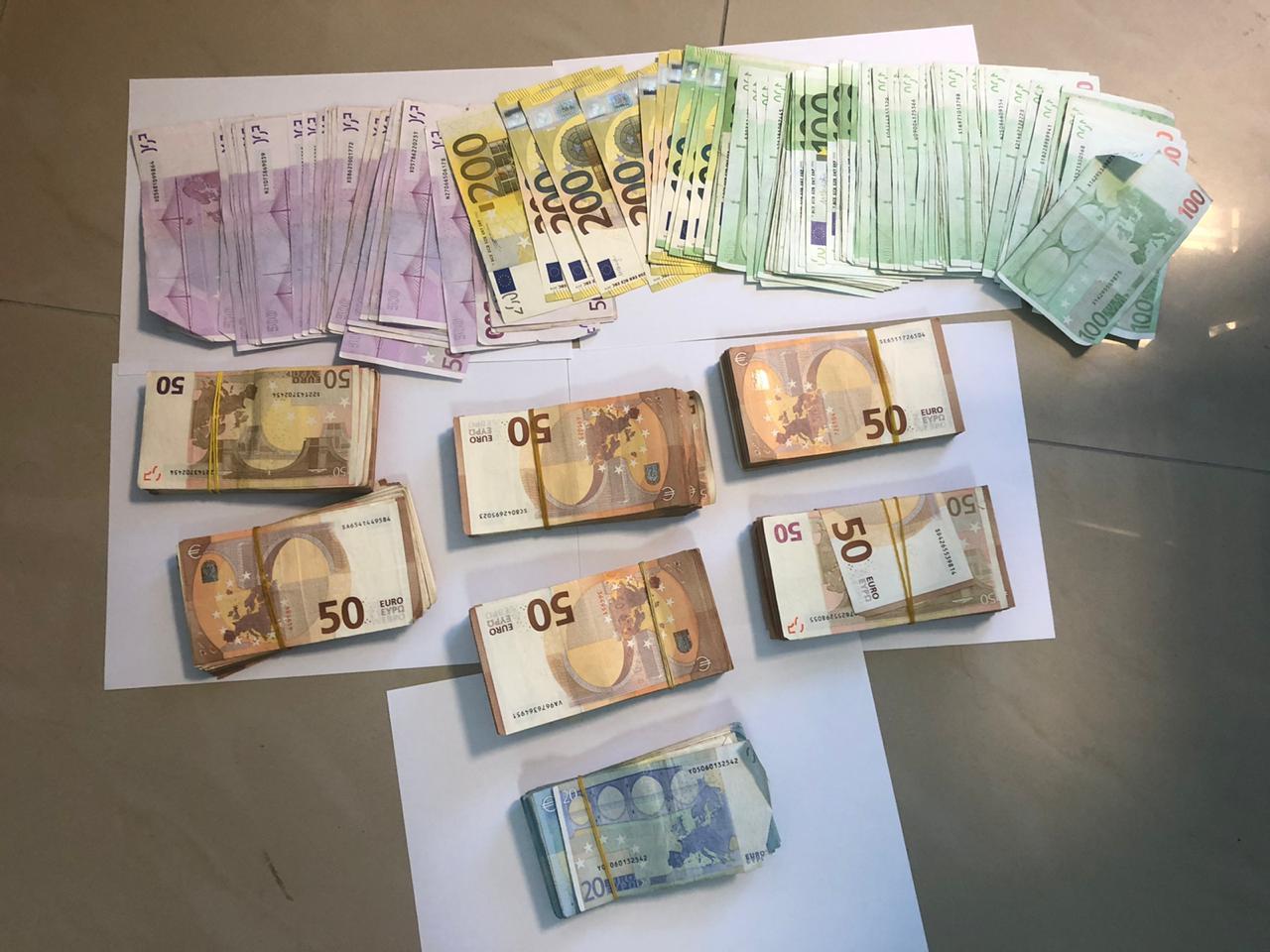 Sekuestrohen rreth 55 mijë euro dhe 1 automjet, kapet 28 vjeçari nga Laçi