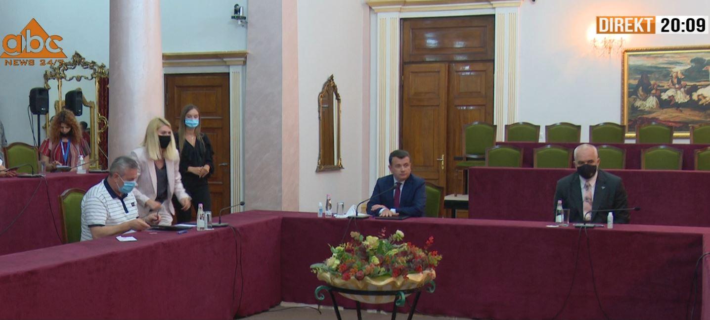 """Firmoset marrëveshja, """"Zgjedhorja"""" kalon në Kuvend më 23 korrik"""