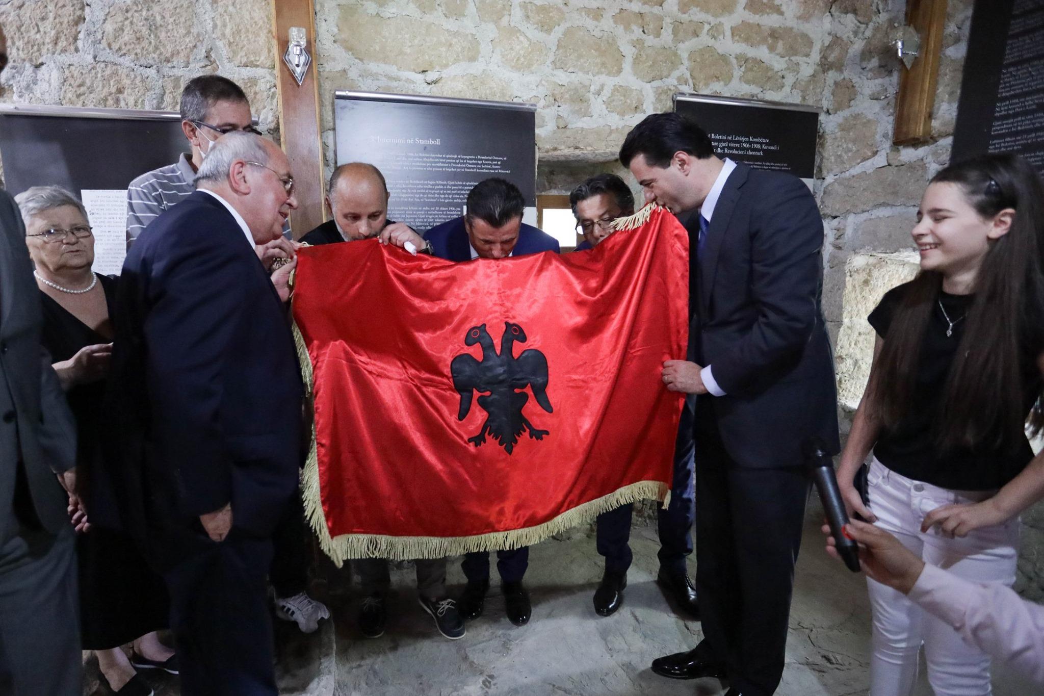 Pasardhësit e Boletinit i dhurojnë Bashës flamurin 108- vjeçar: Do e vendos në zyrë si kryeministër