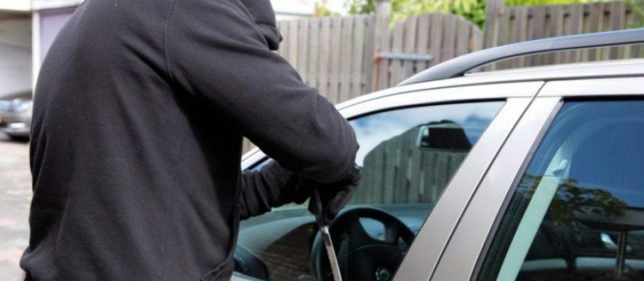 I grabiti makinën luksoze pushuesit në Velipojë, arrestohet 23 vjeçari