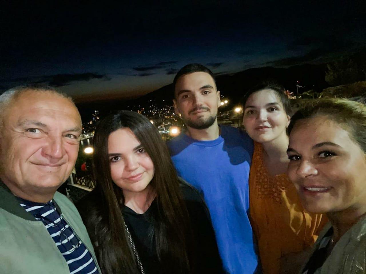 """""""Një mbrëmje të këndshme për të gjithë"""", Presidenti poston foton familjare nga kalaja e Lëkurësit"""