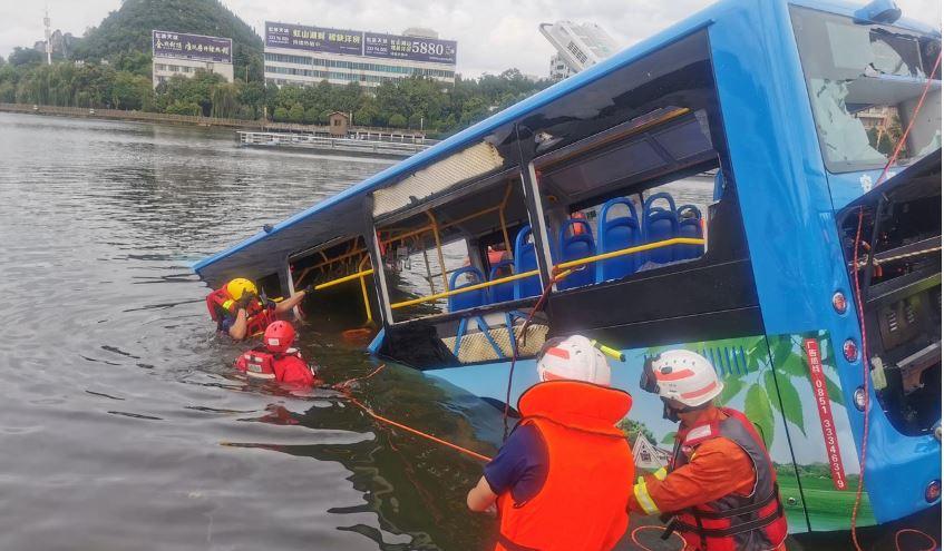 Autobusi përfundon në rezervuar, 21 të vdekur dhe 16 të plagosur në Kinë