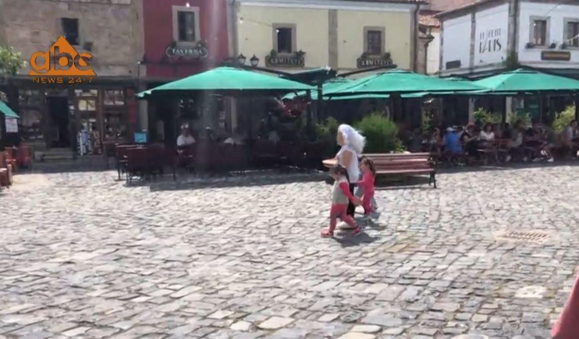 Harrohet koronavirusi në Korçë, turistët nuk respektojnë masat mbrojtëse