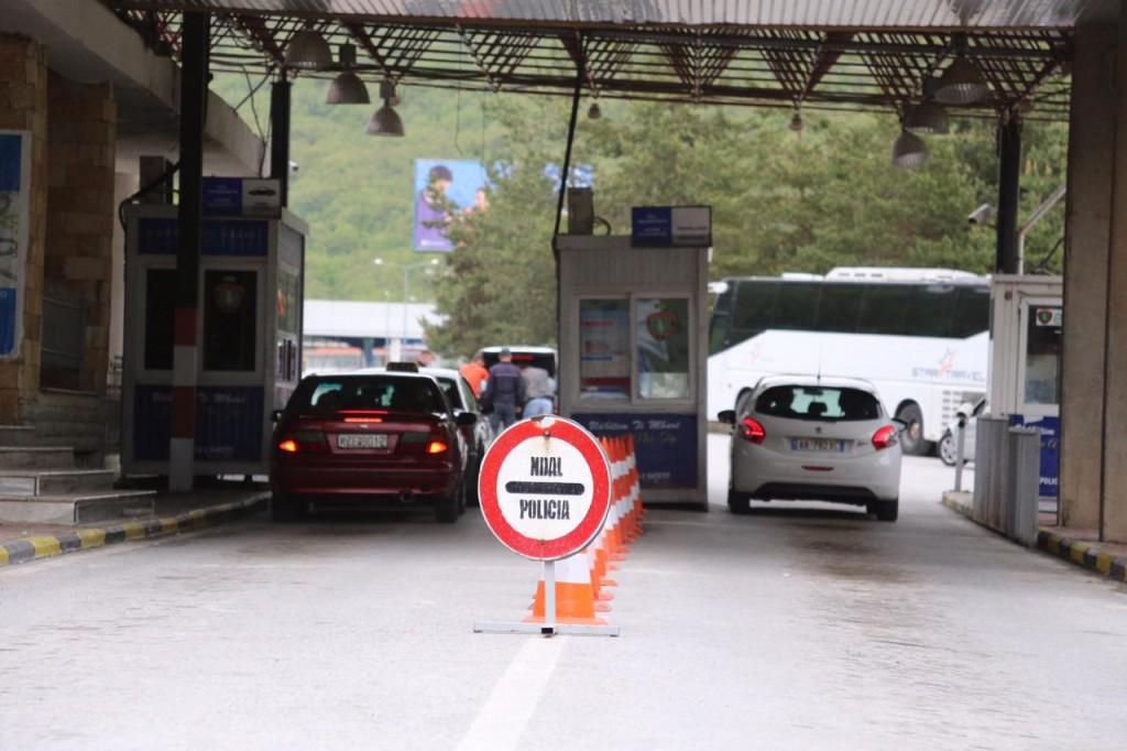Kapshticë, asnjë makinë me targa shqiptare nuk lejohet të kalojë kufirin
