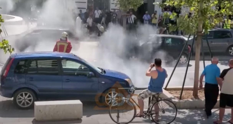 """VIDEO/ Përfshihet nga flakët një makinë në bulevardin """"Ismail Qemali"""" në Vlorë"""