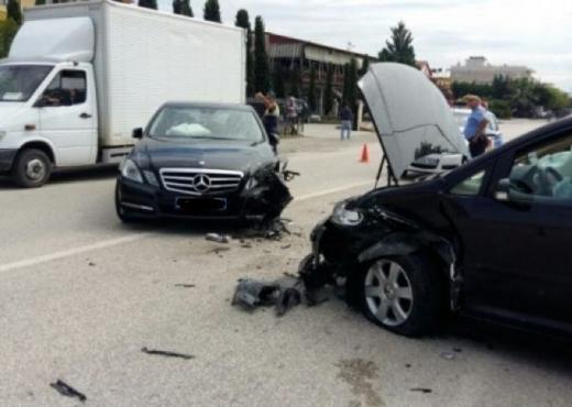 Përplasen dy makina në rrugën dytësore Tiranë-Durrës, plagosen 4 persona
