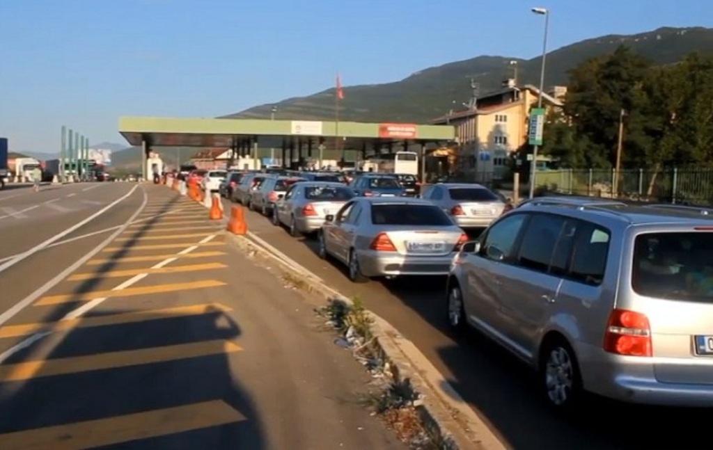 VIDEO/ Fluks i lartë mjetesh në piken kufitare të Morinës, për 2 orë hyjnë rreth 8 mijë qytetarë