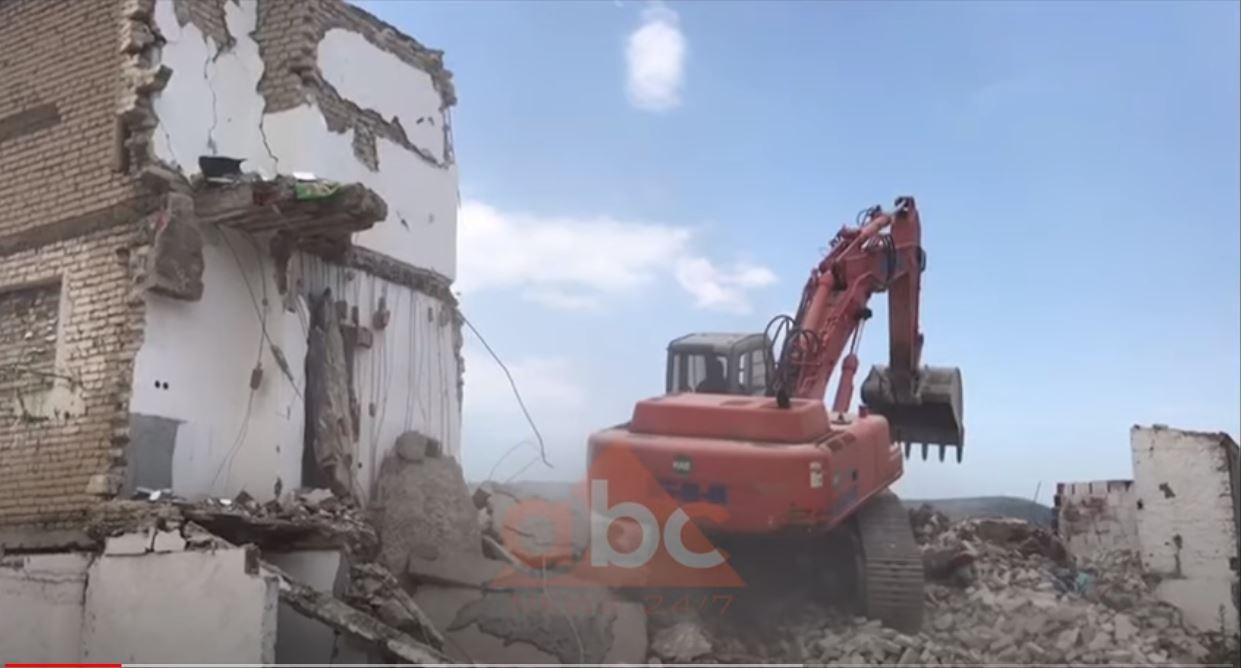 """Nis shembja e banesave të dëmtuara nga tërmeti në Lezhë, fadromat """"hedhin"""" në tokë pallatin 4-katësh"""