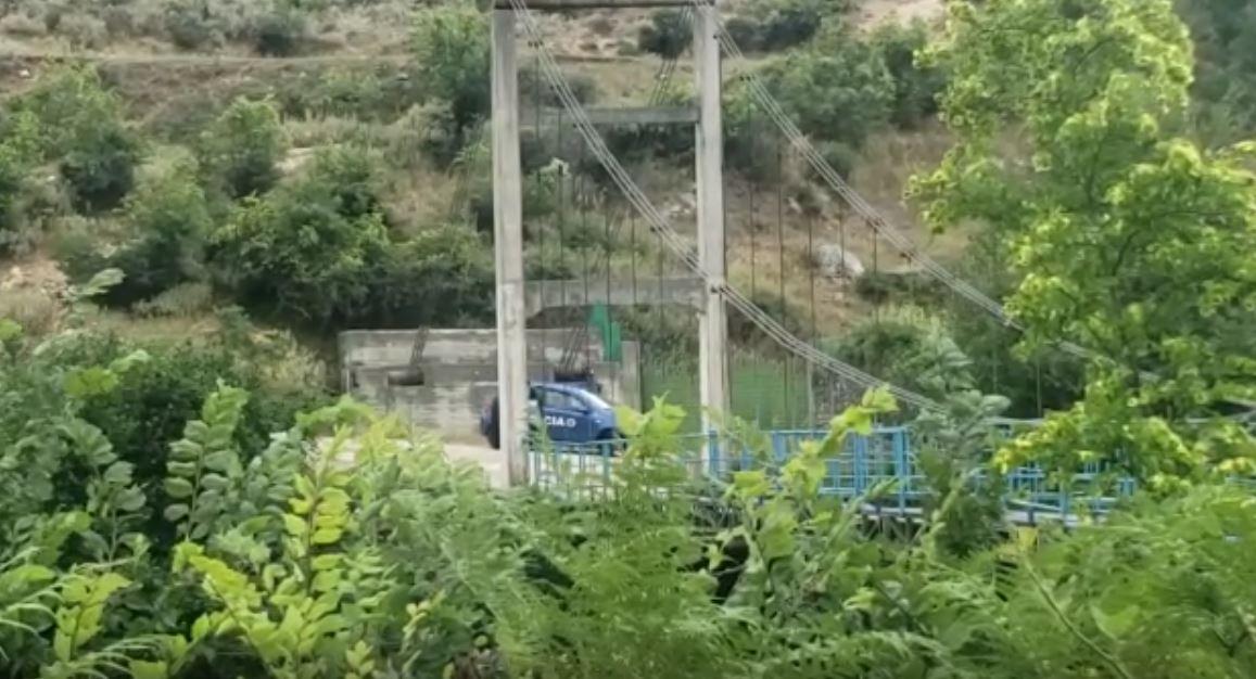 Sherr me thika mes të rinjve, plagoset 22-vjeçari në Tepelenë