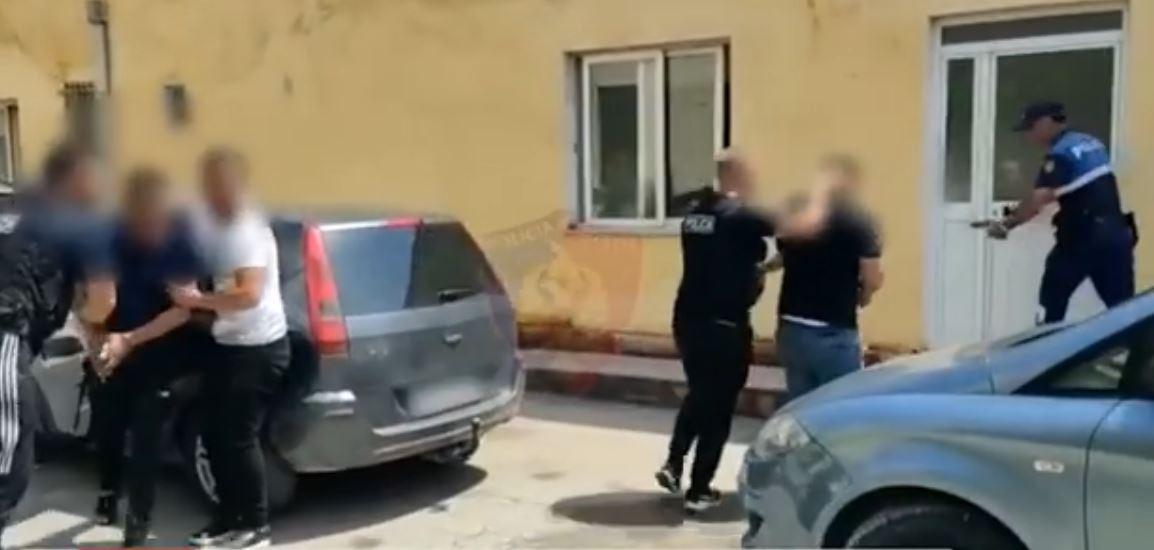 VIDEO/ U merrnin nga 900 euro, arrestohen tre persona që transportonin klandestinë në Korçë
