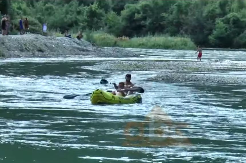 Rafting në Drinin e Zi, të rinjt sfidojnë egërsinë e lumit për një fundjavë ndryshe