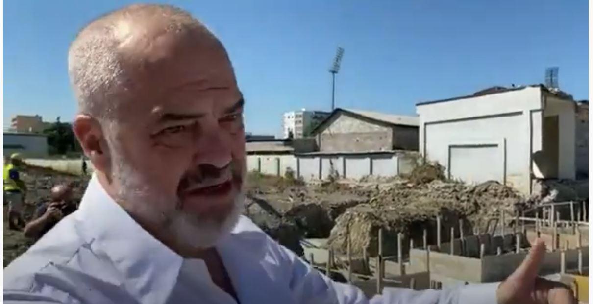Rama inspekton kantierin në Kavajë: Do të rilindë mbi gërmadhat e 26 nëntorit