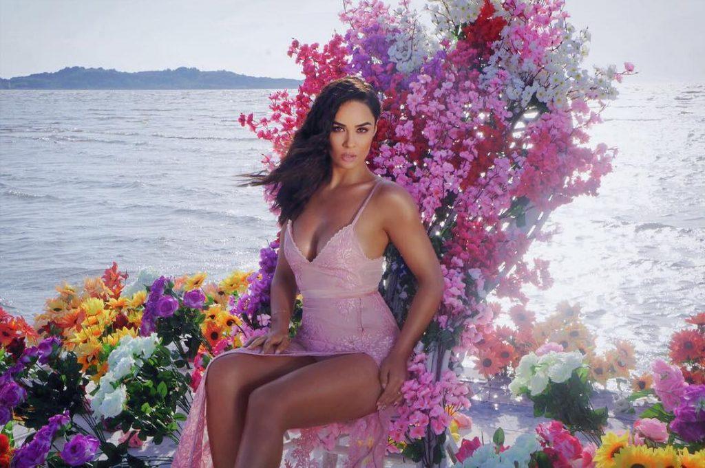 Ajka tashmë e rritur, Xhensila publikon foton e ëmbël nga bregdeti