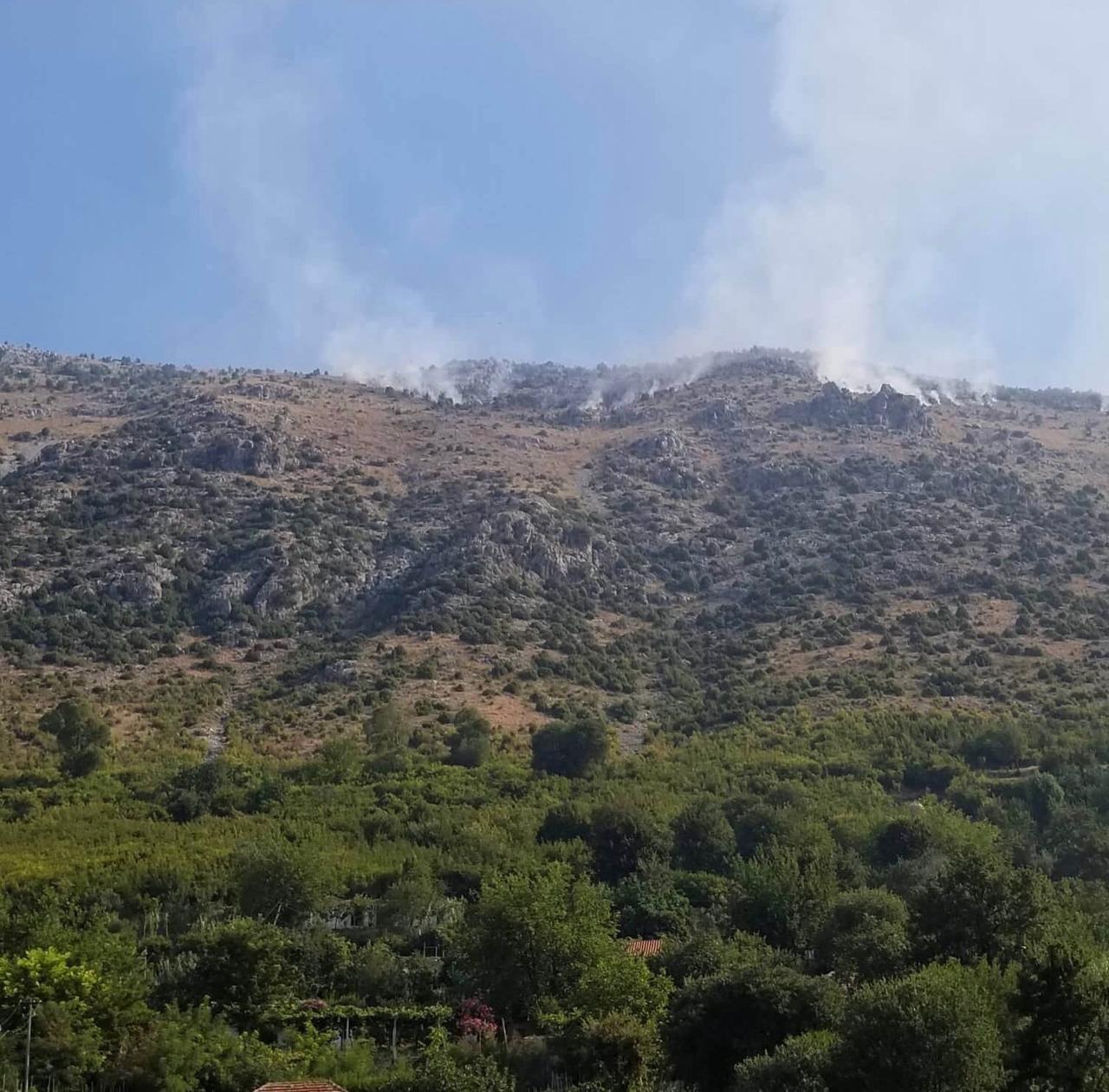 Dy vatra zjarri në Lezhë, flakët rrezikojnë disa banesa