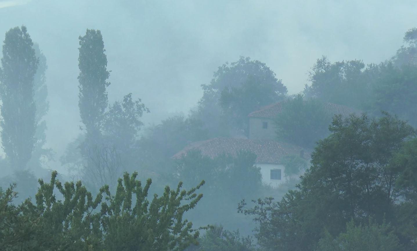 Dibra tym e flakë, prej tre ditësh tre vatra zjarri janë ende aktive, shkatërrohen qindra hektarë me pyje