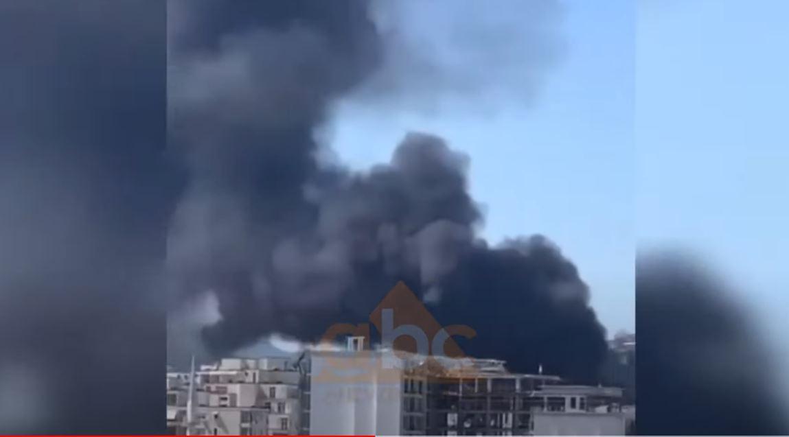 VIDEO/ Merr flakë magazina e gomave, tymi mbulon zonën e Kasharit në Tiranë