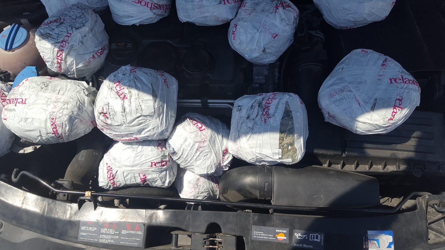 U kap me 6 kg drogë në motorin e makinës nga Shqipëria në Kosovë, arrestohet 54 vjeçari