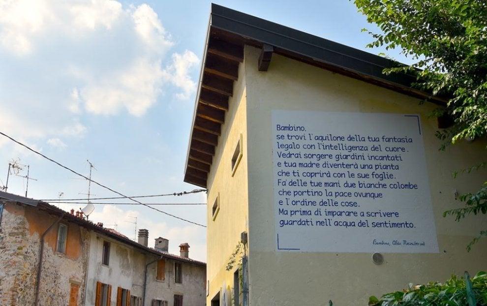 """Qyteti """"shndërrohet"""" në një libër me poezi, vargjet e autorëve të famshëm gdhenden nëpër mure"""