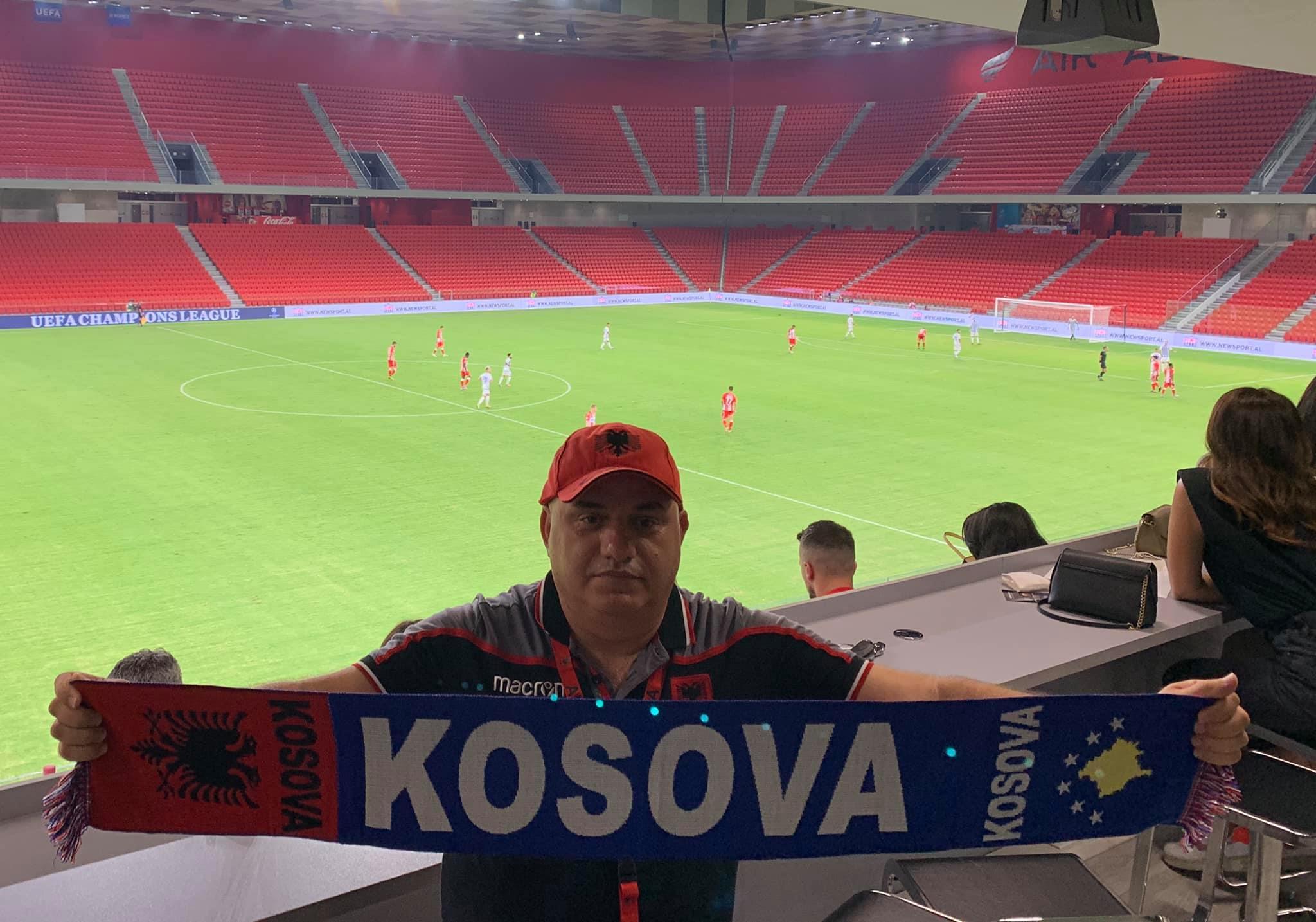 Pas krahëve luajnë serbët, Artan Hoxha nxjerr shallin e Kosovës në stadium