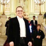 Pas 46 të dielave në punë, Ardit Gjebrea publikon foton në krahët e bashkëshortes