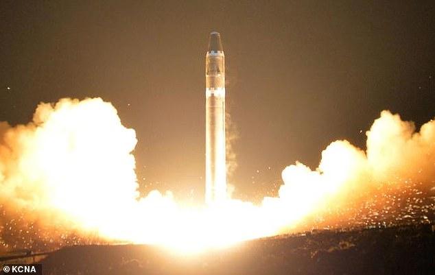 Raporti: Koreja e Veriut zotëron më shumë se 60 bomba bërthamore e 5,000 ton armë kimike