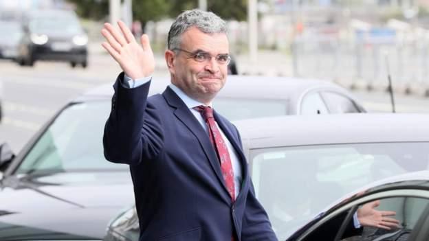 Mori pjesë në një festë me 80 persona, ministri jep dorëheqjen