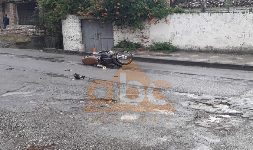 Përplasen motorët në Peqin, një i vdekur dhe një i plagosur rëndë