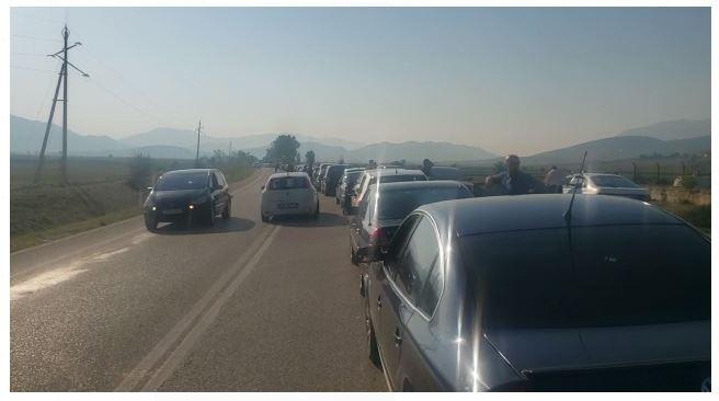 VIDEO/ Situatë kaotike në Kakavijë, bllokohet lëvizja e automjeteve