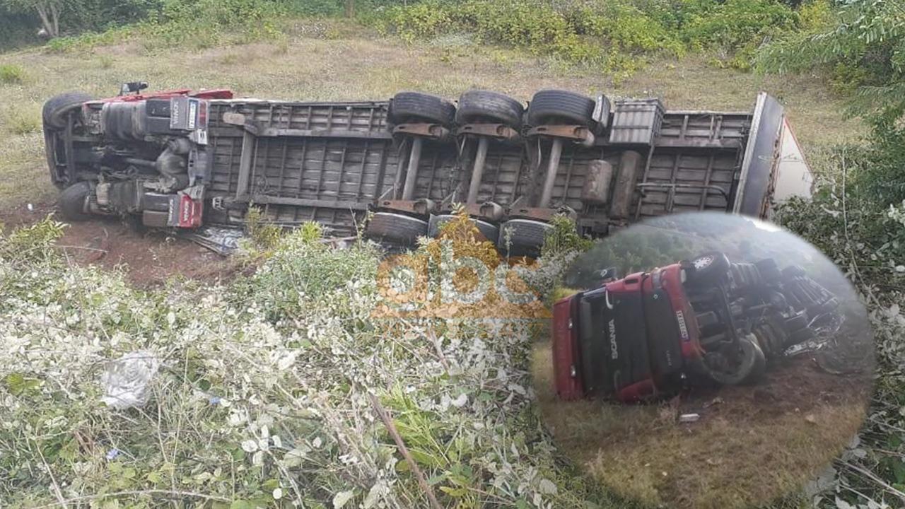 Shmangu përplasjen me furgonin, maunia me targa serbe përmbyset në arën në anë të rrugës