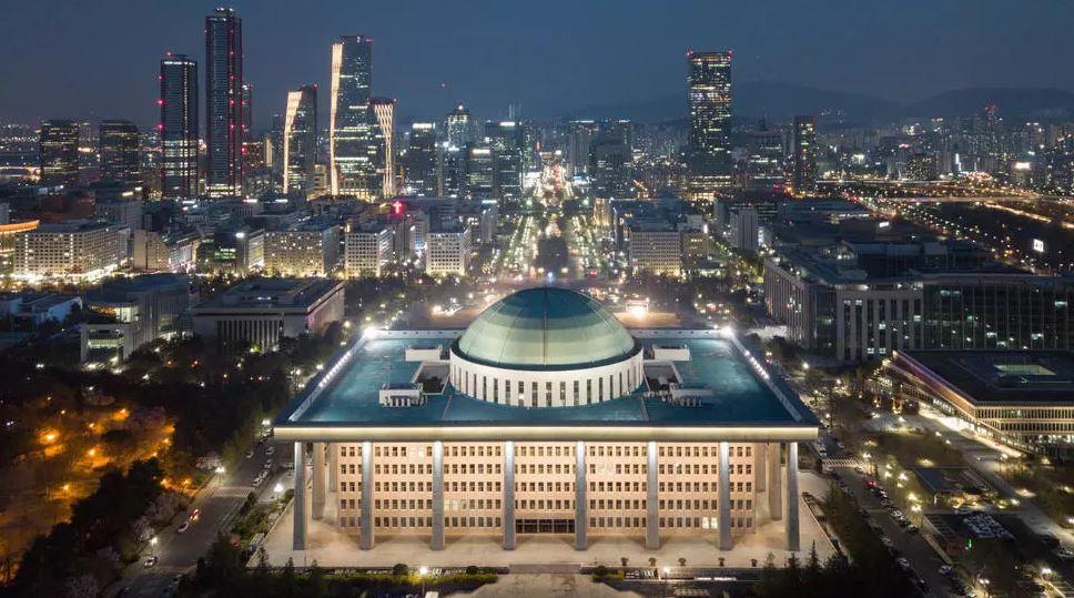 Frika nga koronavirusi, parlamenti i Koresë së Jugut mbyll dyert