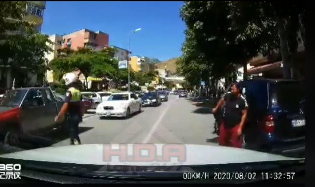 VIDEO/ Çudia, policia detyron prindin të nxjerrë fëmijën nga bagazhi në Pogradec