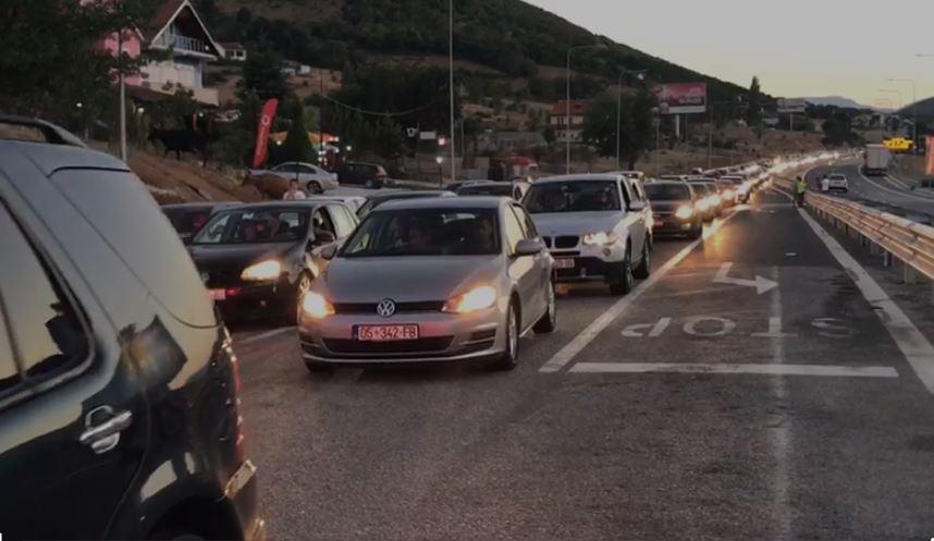 Matja e temperaturës në doganë shkakton radhë të gjatë automjetesh në aksin Kukës-Morinë