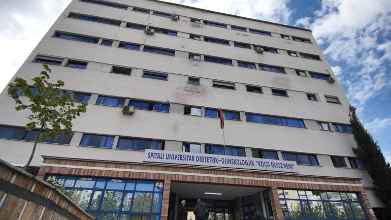 Foshnja e pajetë në koshin e mbeturinave, policia nis hetimet në maternitetin Koço Gliozheni