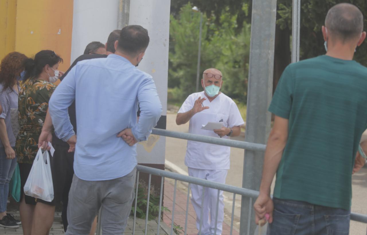 Qytetarët kërkojnë informacion për të afërmit te Infektivi, Pipero del me listë në dorë