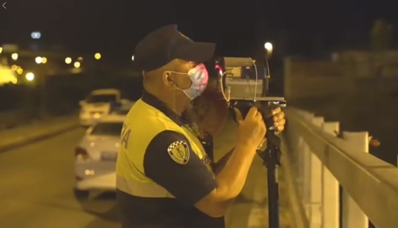 """VIDEO/ """"Me fluturim në autostradë"""", fundjava """"çmend"""" shoferët, policia i jep një mësim të mirë"""