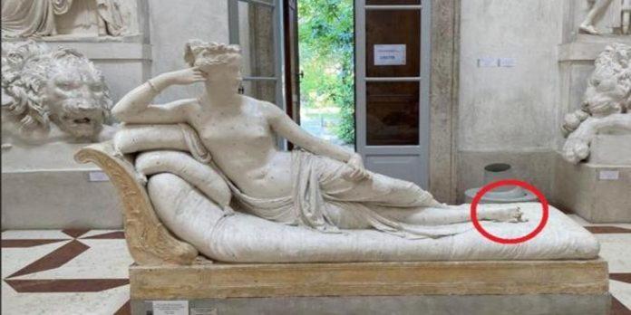 Për një selfie, turisti dëmton statujën antike dhe rrezikon 5 vite burg
