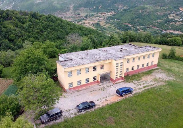 Çupi: Skandali i mbylljes së mbi 30 shkollave vazhdon, dryni këtë herë i vihet  shkollës së Zerqanit