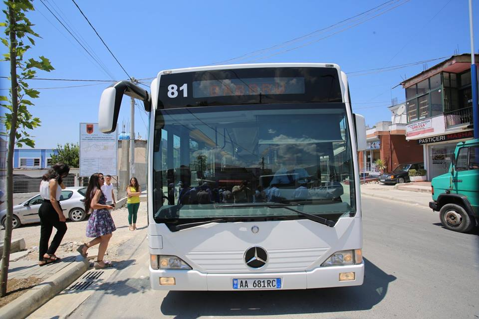 Autobusi merr flakë në ecje në Tiranë