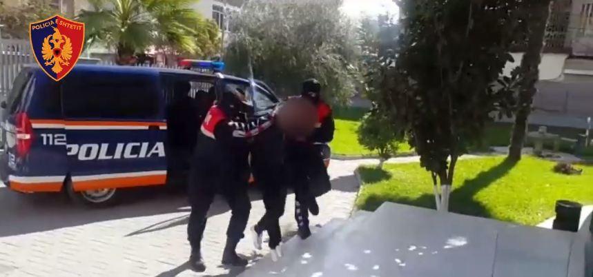 Kapen 65 kg lëndë narkotike në Fier, arrestohet 2 persona, shpallet në kërkim një tjetër