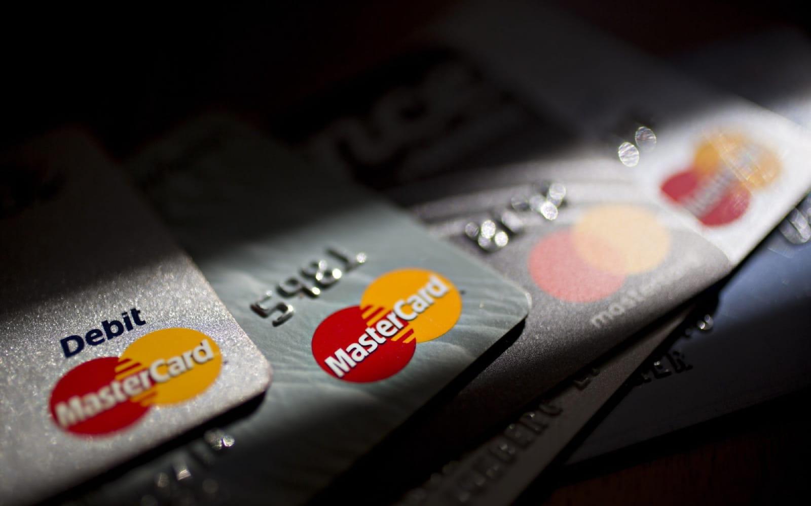 Shmangia e radhëve nga pandemia, numri i kartave bankare arrin rekord në tremujorin e dytë
