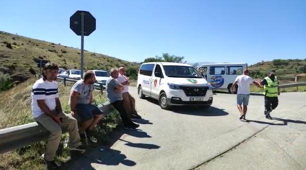 Pala greke mbylli sportelet, mbi 50 qytetarë bllokohen nga policia në fshatin Kapshticë