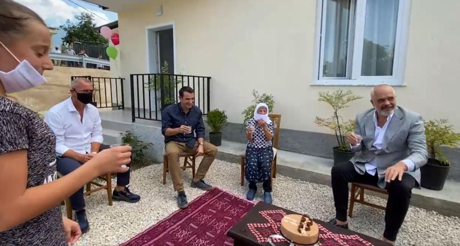 ''Shtëpia e parë e Rindërtimit'', Rama i dorëzon çelësat familjes në Farkë