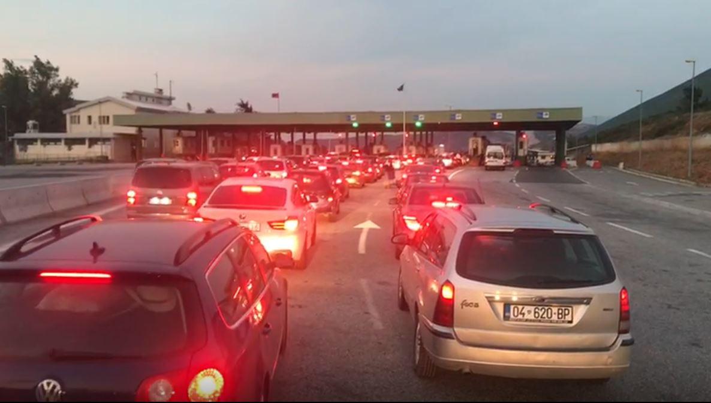 Qytetarët e Kosovës pas fundjavës drejt vendit të tyre, radhë të gjata në doganën e Morinës
