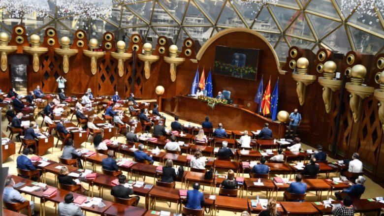 Maqedonia e Veriut voton qeverinë e re, Zaev: Sfida e parë ballafaqimi me Covid-19