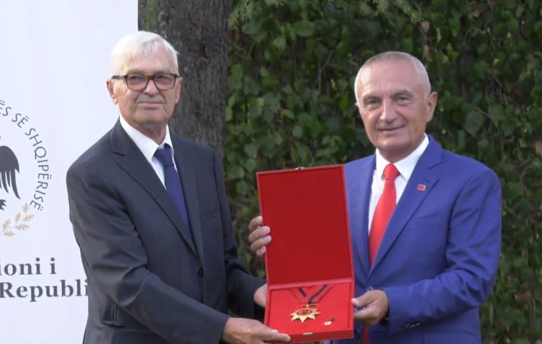 """Në 76-vjetorin e lindjes, Meta i akordon ish-Presidentit Meidani """"Dekoratën e Flamurit Kombëtar"""""""