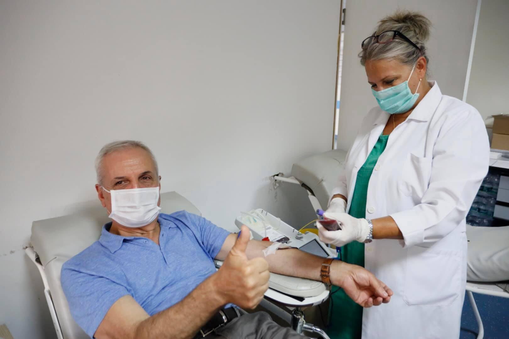 Mposhti koronavirusin, mjeku dhuron plazmën për pacientët që luftojnë me vdekjen te Infektivi